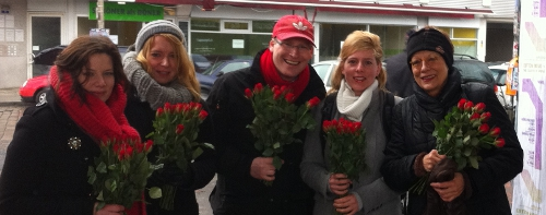 500 Rosen für mehr Frauenrechte verteilt