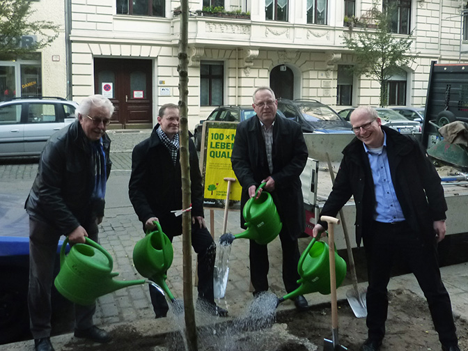 Baumpflanzung mit Senator Müller im Rudolfkiez