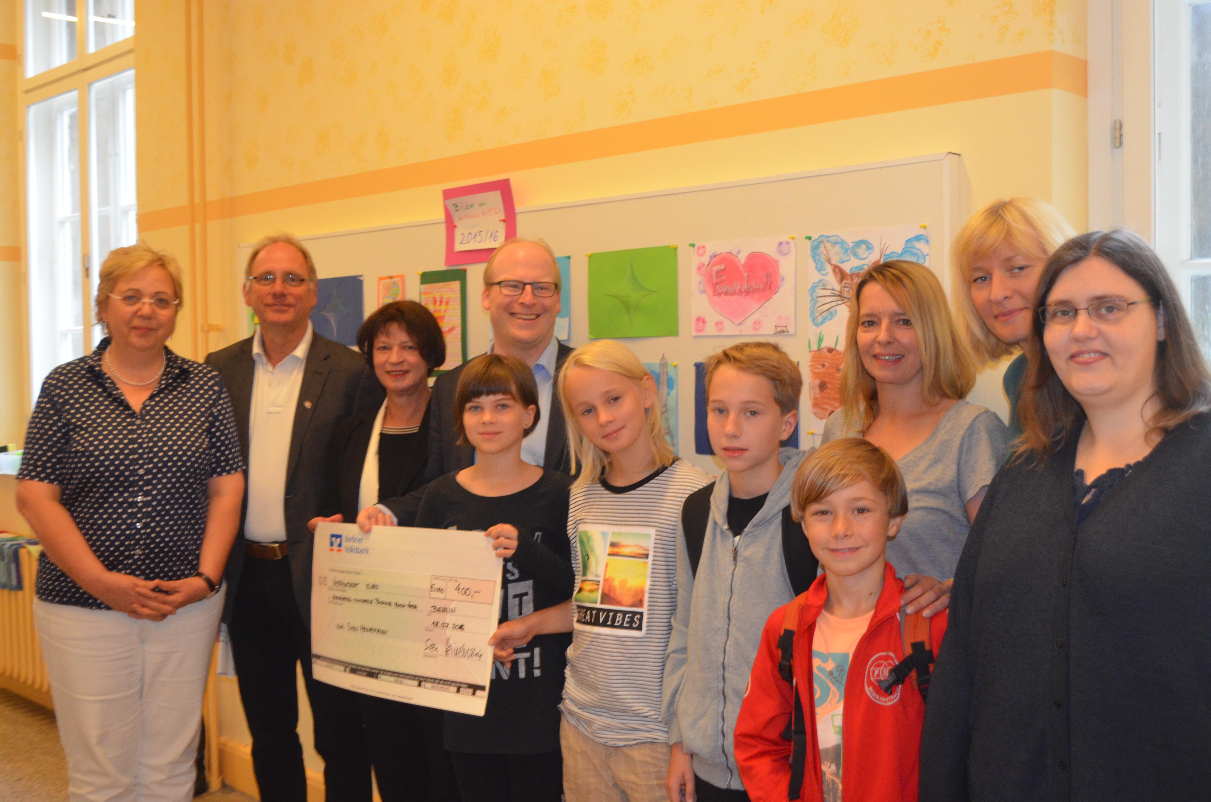 400 Euro Spende für die Verschönerung der Pettenkofer Grundschule